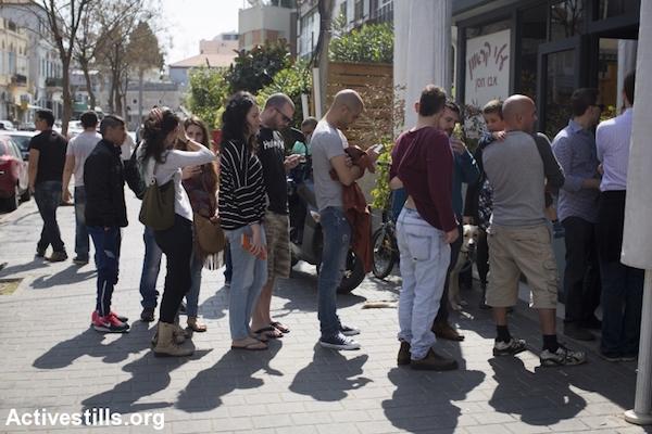 Israeli Jews wait in line to eat at Jaffa hummus restaurant Abu Hassan, March 17, 2015. (Oren Ziv/Activestills.org)