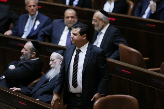 Joint List chairman Ayman Odeh stands in front of ultra-Orthodox MKs in the Knesset. (Knesset photo)