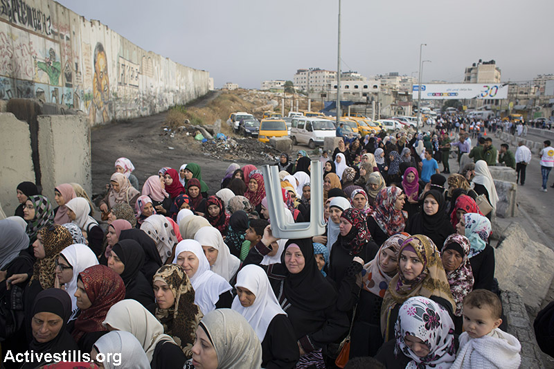 Palestinians cross the Qalandiya checkpoint between the West Bank city of Ramallah and Jerusalem on their way to pray at the Al-Aqsa Mosque in Jerusalem, on the second Friday of the Muslim holy month of Ramadan, June 26, 2015. (Activestills.org)