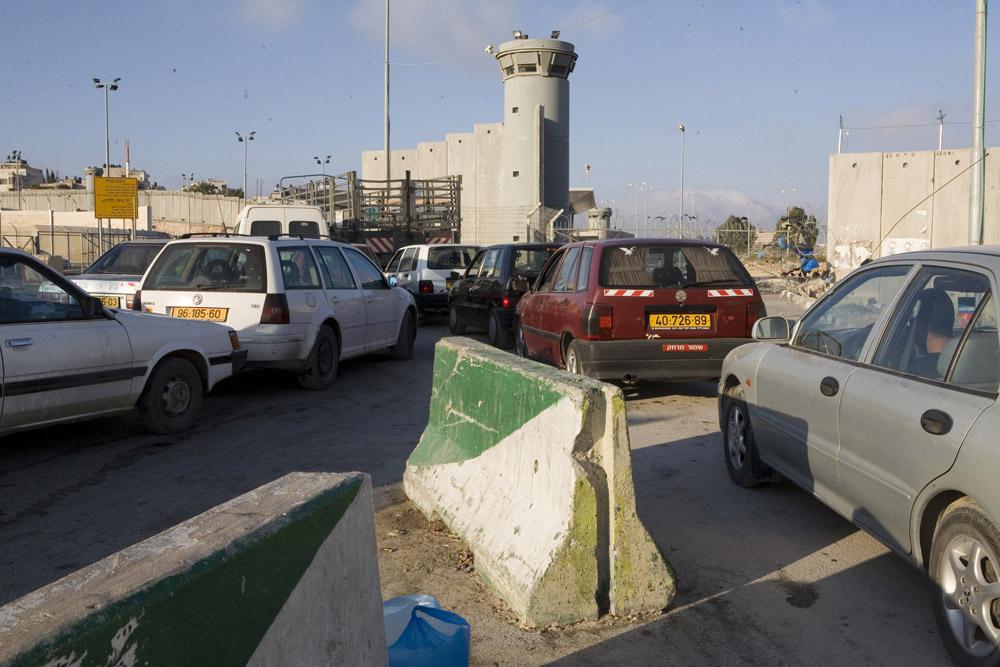 Cars wait to cross the Qalandiya checkpoint separating Jerusalem and Ramallah. (Photo by Activestills.org)