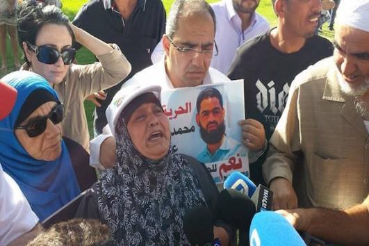 Demonstration in front of Soroka Hospital for Palestinian hunger striker Mohammad Allan. (Avi Blacerman)