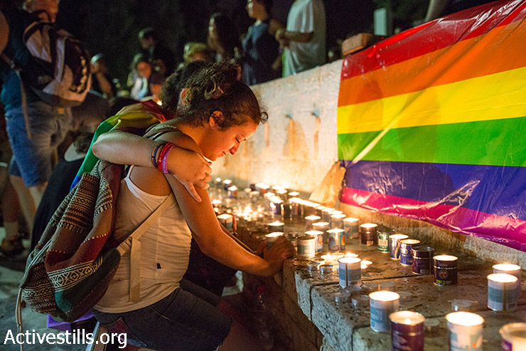 Youth mourn the death of Shira Banki, 16, who died earlier of her wounds in a Jerusalem hospital, Tel Aviv, August 2nd, 2015. Shira was stubbed on Friday during an attack by an Orthodox Jew in the annual Gay Pride Parade march in Jerusalem. Another six marchers were stabbed. (Activestills.org)