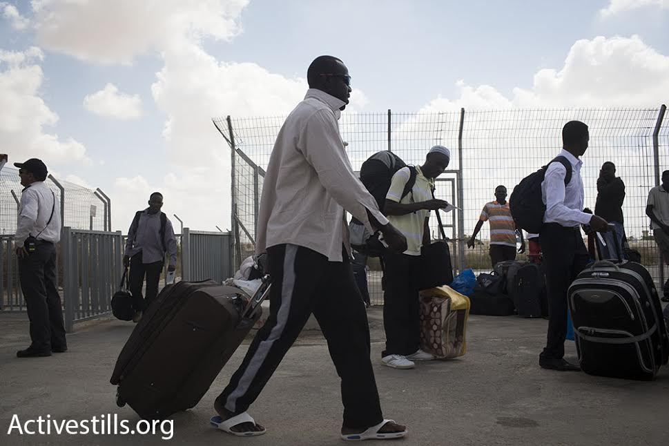 Hundreds of asylum seekers leave Holot detention center, two weeks after a High Court ruling ordered the release of all asylum seekers held there for over a year. (photo: Oren Ziv/Activestills.org)