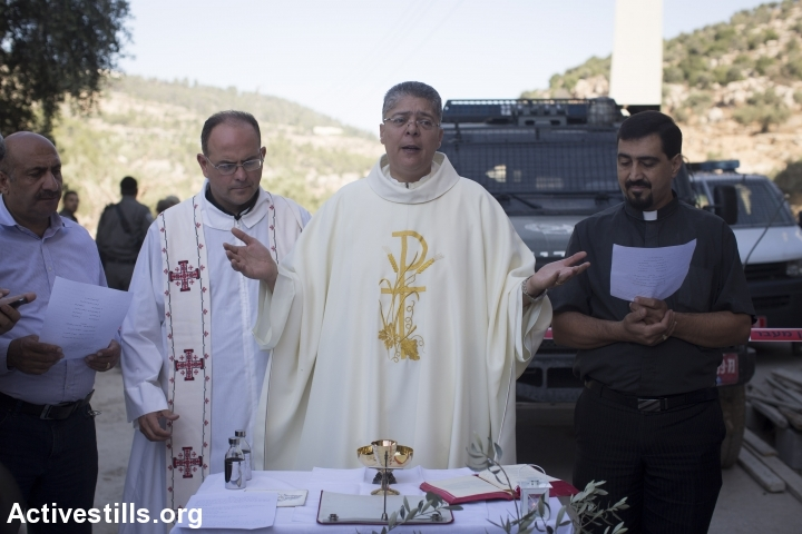 Palestinian Christian worshippers and priests take part in an open-air mass to protest against the building of Israel's separation wall, in the West Bank town, of Beit Jala, August 20, 2015. (photo: Oren Ziv/Activestills.org)