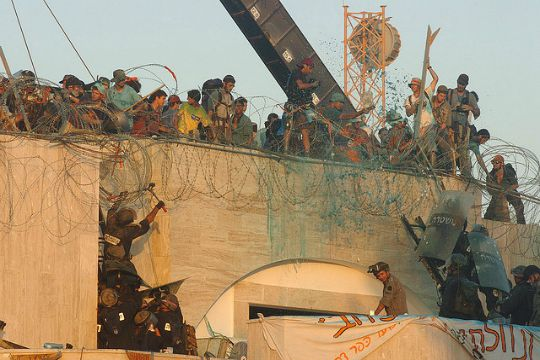 Security forces remove settlers who barricaded themselves on the synagogue roof in Kfar Darom on August 18, 20015 (IDF Spokesperson)