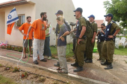 A resident of the settlement of Neve Dekalim confronts soldiers who have come to evacuate him (IDF Spokesperson)