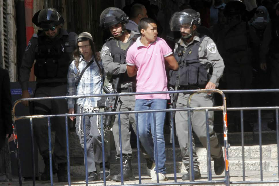 A. (right) is arrested by Border Police, while the Jewish boy who accused A. of assaulting him, Jerusalem's Old City, July 25, 2015. (photo: Mahmoud Illean)