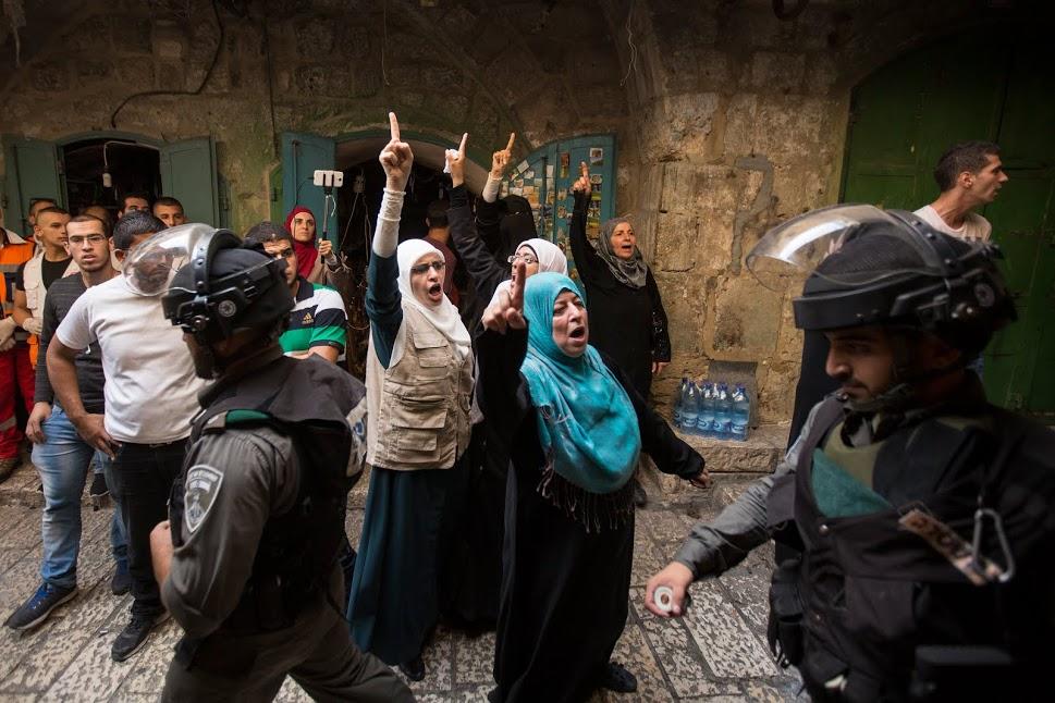 Members of the Murabitat yell at Israeli Border Police in the Old City of Jerusalem, September 13, 2015. (photo: Faiz Abu-Rmeleh)