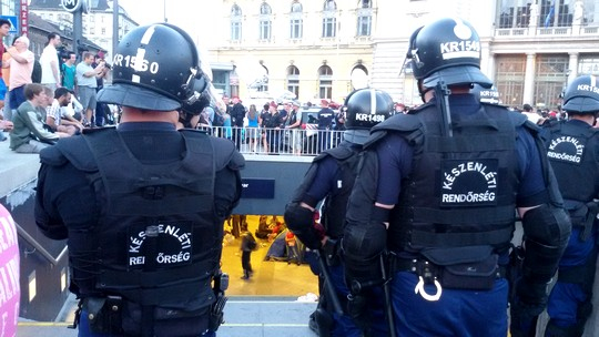 Dozens of police block the entrance to the central station in Budapest. (photo: Shahar Shoham)