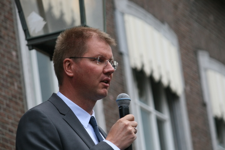 Festival founder Bart Rouwenhorst speaks to the crowd at Redhead Days, Breda, Netherlands. (photo: Haggai Matar)