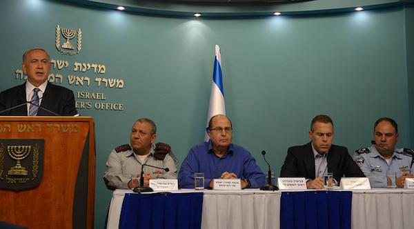 Israeli Prime Minister Benjamin Netanyahu holds a press conference about the wave of violence across Israel, East Jerusalem and the West Bank, October 8, 2015. Sitting with him are (from left to right): IDF Chief of Staff Gadi Eisencot, Defense Minister Moshe Ya'alon, Public Security Minister Gilad Erdan, Acting Police Commissioner Benzi Sau. (GPO/Amos Ben-Gershom)