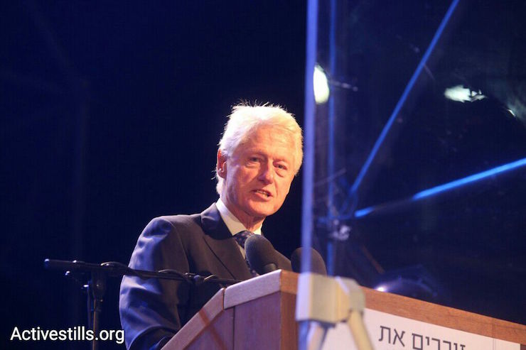 Former U.S. President Bill Clinton speaks in Rabin Square in Tel Aviv at a rally marking 20 years since the latter's assassination, October 31, 2015. (Oren Ziv/Activestills.org)