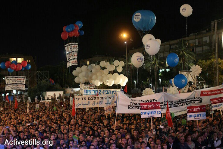 Thousands of Israelis gather in Tel Aviv to mark 20 years since the assassination of Prime Minister Yitzhak Rabin, October 31, 2015. (Oren Ziv/Activestills.org)