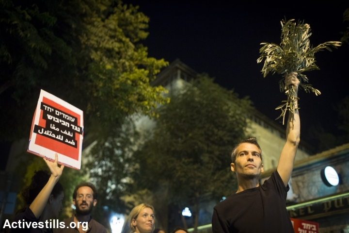 Israeli left-wing activists, joined by a small group of Palestinians, protest in West Jerusalem against the occupation, calling to end the wave of violence, October 17, 2015. (photo: Oren Ziv/Activestills.org)
