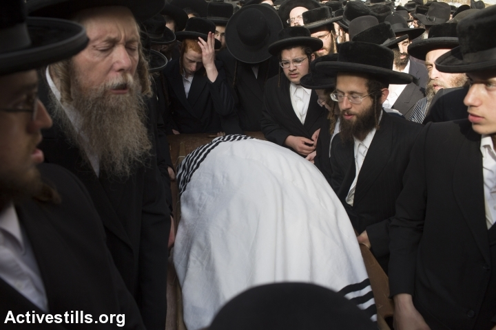 Ultra-Orthodox Jews mourn at the funeral of Yeshayahu Krishevsky, that was killed during an attack by a Palestinian earlier today, in West Jerusalem, October 13, 2015. (photo: Oren Ziv/Activestills.org)