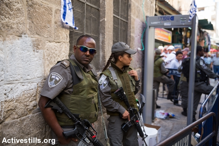 Israeli armed police officer is seen in Jerusalem old city on October 15, 2015. (photo: Yotam Ronen)