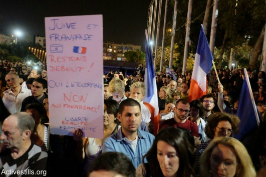 Israelis attend a solidarity vigil for the victims of the terror attacks in Paris, Rabin Square, Tel Aviv, November 14, 2015. (Yotam Ronen/Activestill.org)