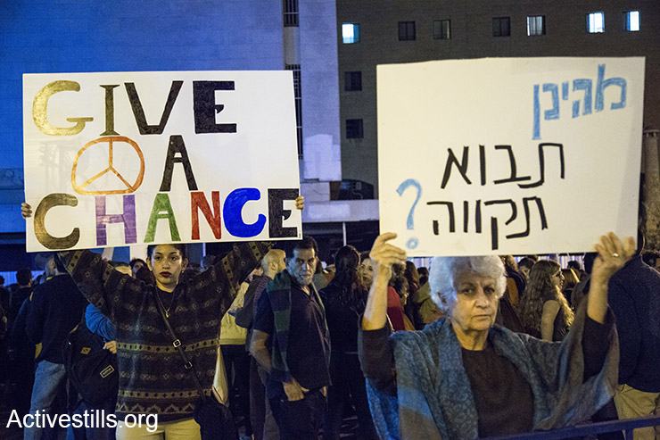 A pro-peace, anti-violence demonstration in Jerusalem, October 10, 2015. (Activestills.org)