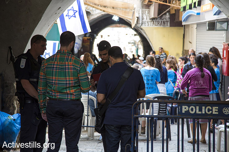 Israeli police blocked Al wad street in Jerusalem's old city, to allow Israeli settlers to pray at the sit of a stabbing attack that took place last week. October 12, 2015. (Activestills.org)