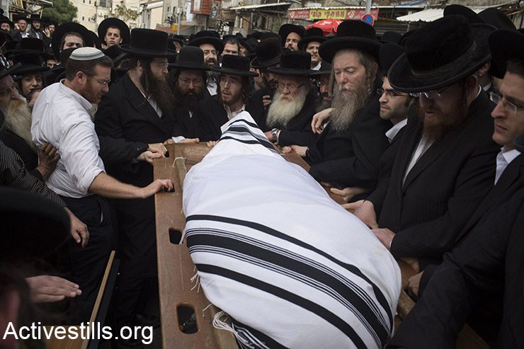 Ultra Orthodox Jews mourn at the funeral of Yeshayahu Krishevsky, that was killed during an attack by a Palestinian earlier today, in West Jerusalem, October 13, 2015. (Activestills.org)