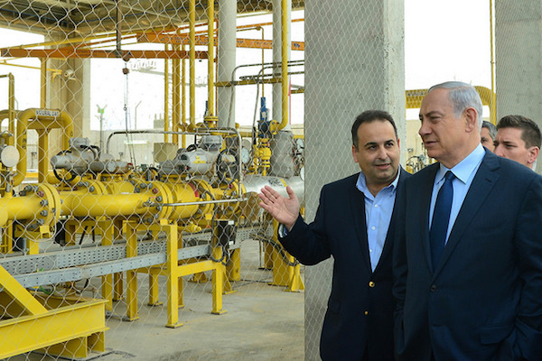 Israeli Prime Minister Netanyahu tours an onshore natural gas facility in southern Israel, December 17, 2015. (Photo by Kobi Gideon/GPO)