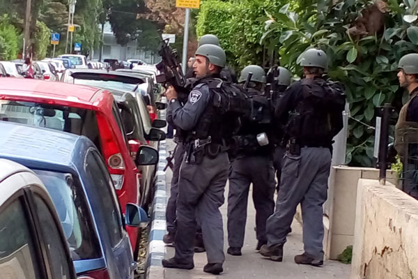 Israeli police conduct house-to-house searches for the shooter who killed two people on Tel Aviv's Dizengof St., January 1, 2016. (Dahlia Scheindlin)