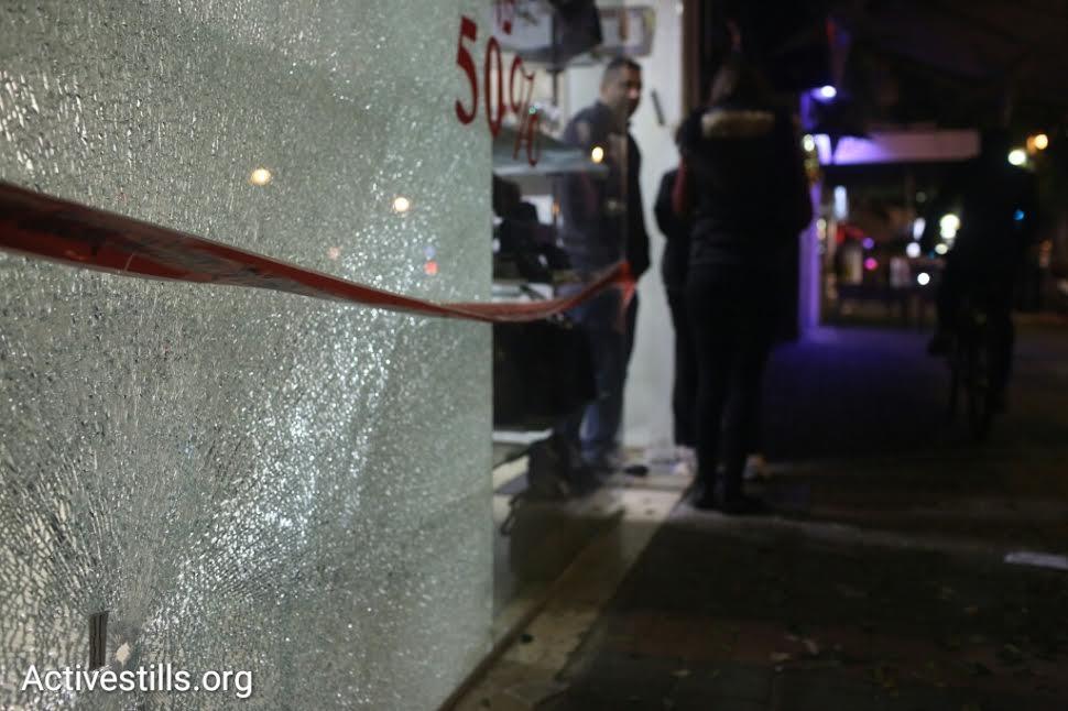 Police officers inspect the scene of the shooting attack on Dizengoff Street, central Tel Aviv, January 1, 2016. (photo: Oren Ziv/Activestills.org)
