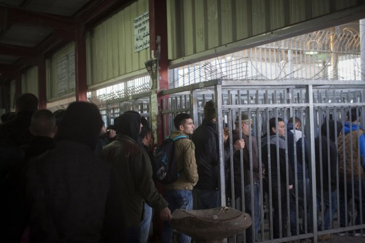 Thousands upon thousands of people pass through the Qalandiya checkpoint every day. (Activestills.org)