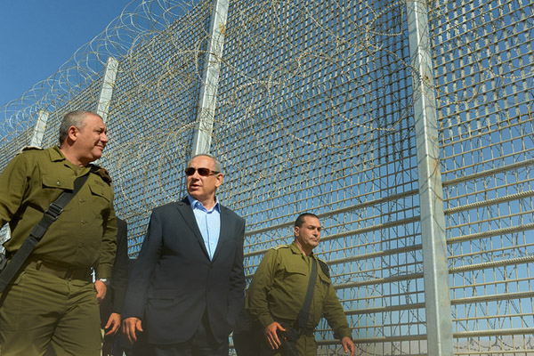 Prime Minister Benjamin Netanyahu tours Israel's fence along the Jordanian border along with IDF Chief of General Staff Gadi Eizenkot (L), February 9, 2016. (Kobi Gideon/GPO)