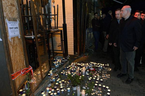 Prime Minister Benjamin Netanyahu visits the scene of a deadly shooting in Tel Aviv, January 2, 2016. (Haim Zach/GPO)