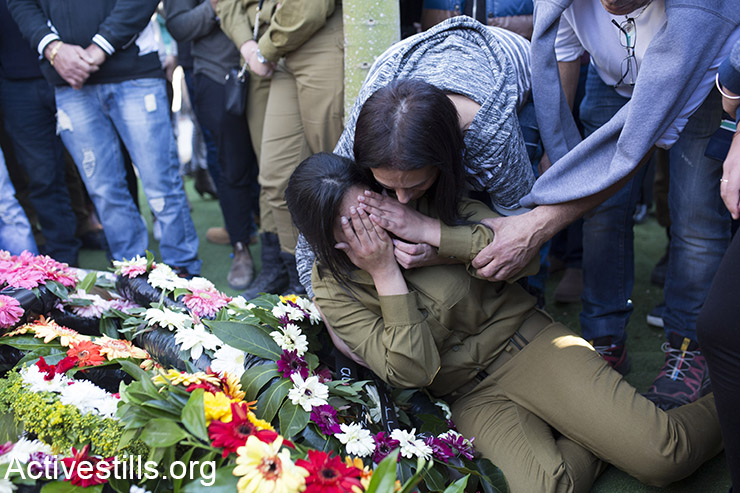 Israeli soldiers mourn beside the grave of Israeli Border Police officer Hadar Cohen during her funeral, Yehud, Israel, February 4, 2016. (Activestills.org)
