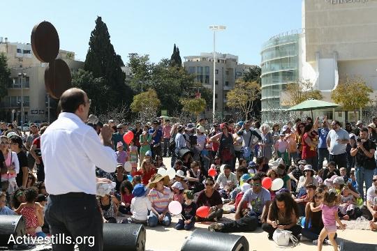 Children and parents at a protest demanding bilingual, integrated Jewish-Arab education in Jaffa, Tel Aviv, March 11, 2016. (Oren Ziv/Activestills.org)