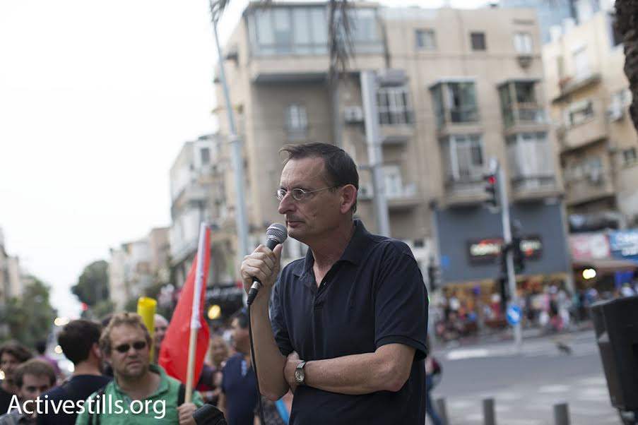 MK Dov Khenin (Joint List) speaks to demonstrators at a rally to support conscientious objectors, central Tel Aviv, March 24, 2016. (photo: Oren Ziv/Activestills.org)