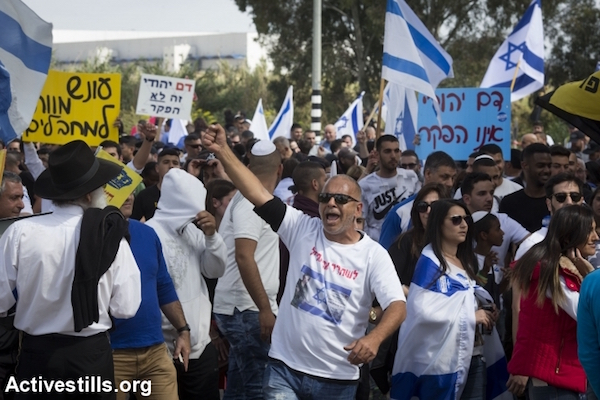 Protesters demonstrate outside military court in solidarity with an Israeli soldier arrested for shooting an incapacitated Palestinian stabbing suspect in the head, March 29, 2016. (Oren Ziv/Activestills.org)