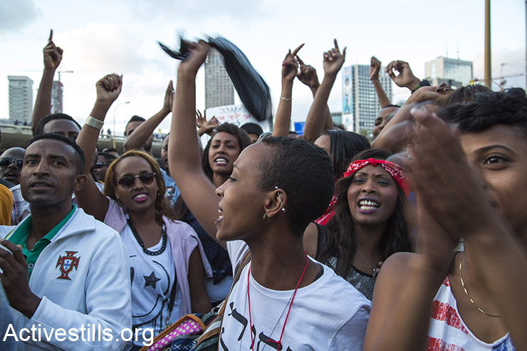 Ethiopian Israelis march on Ayalon highway during an Israeli Ethiopian protest against police brutality and racism, Tel Aviv, May 3, 2015. (Activestills.org)