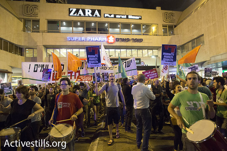 Arab and Jewish Israelis under Tel Aviv's Dizengoff Center, protesting against the country's right-wing politics, May 28, 2016. (Oren Ziv/Activestils.org)