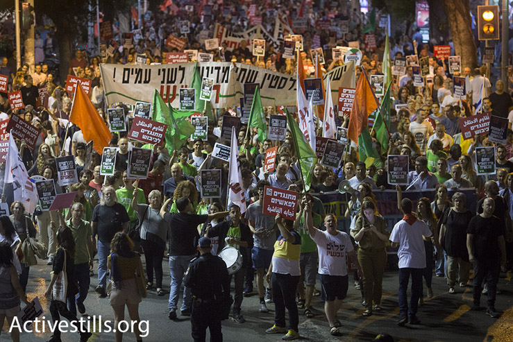 Left-wing Arab and Jewish Israelis march through Tel Aviv against the country's right-wing politics, May 28, 2016. (Oren Ziv/Activestils.org)