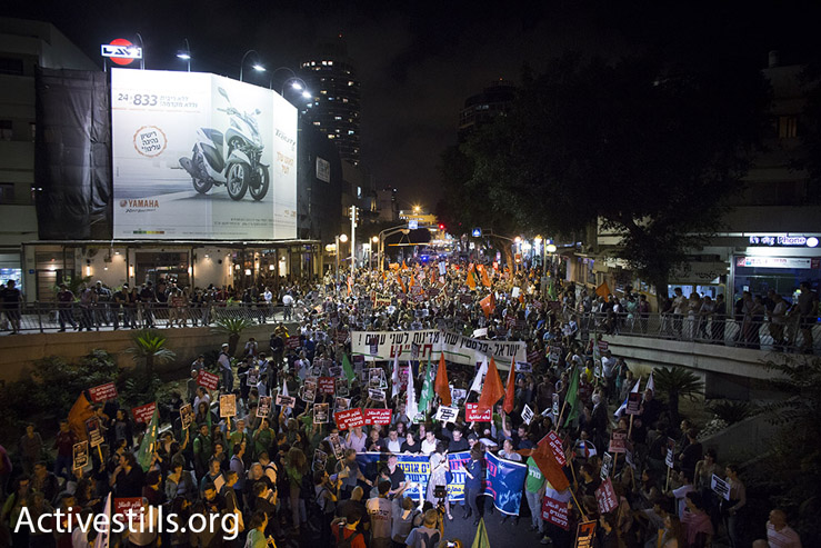Some 2,000 Arab and Jewish Israelis march through Tel Aviv against the country's right-wing politics, May 28, 2016. (Oren Ziv/Activestils.org)