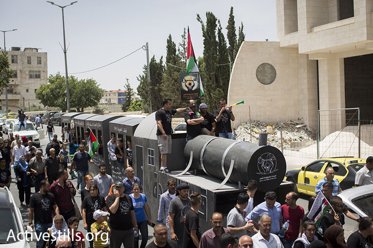 Crowds and activists accompany the 'Return Train' as it makes its way through Bethlehem, May 15, 2016. (Oren Ziv/Activestills.org)