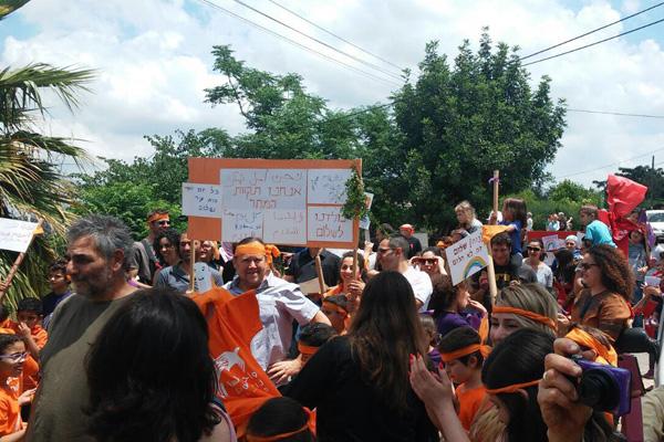 The march through Neve Shalom/Wahat al-Salam (Dafna Lobel Lederer)