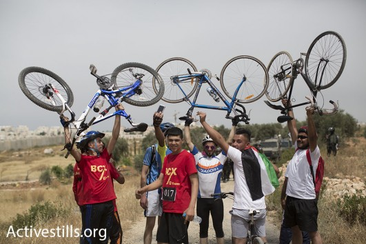 Nakba Day bicycle race in Bil'in, May 2016 (Oren Ziv/Activestills)