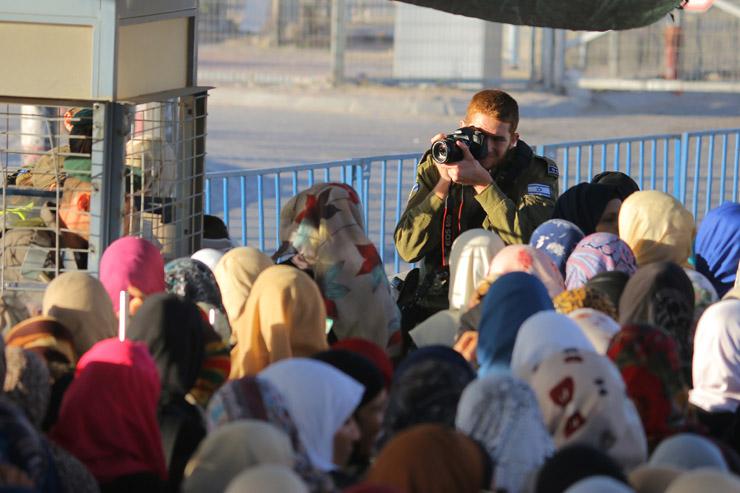 Palestinian worshipers enter the Israeli military's Qalandiya checkpoint separating Ramallah and Jerusalem on their way to pray at Al-Aqsa Mosque for the second Friday of Ramadan, June 17, 2016. (Ahmad Al-Bazz/Activestills.org)