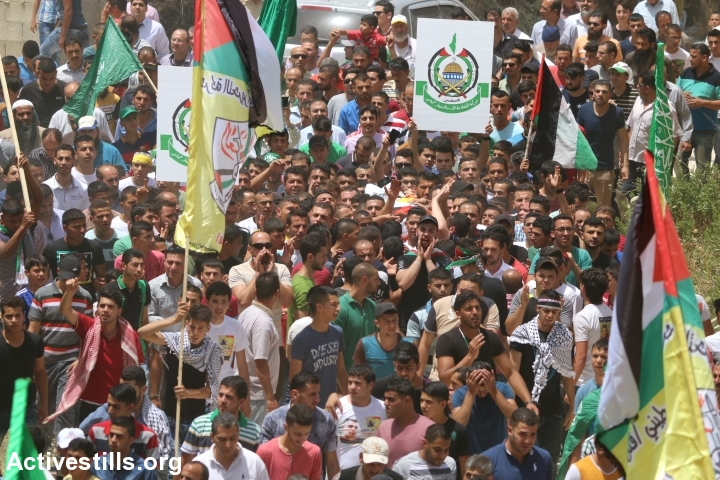 Hundreds of Palestinians take part in the funeral of Jamal Dwekat, in Balata, near Nablus, West Bank, June 8, 2016. (photo: Ahmad al-Bazz/Activestills.org)