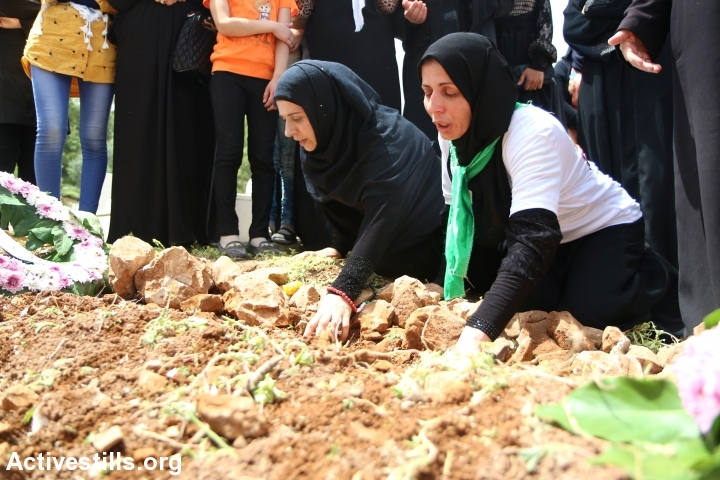 The mother of Jamal Dwekat mourns during her son's funeral in the village of Balata, near Nablus, West Bank, June 8, 2016. (photo: Ahmad al-Bazz/Activestills.org)