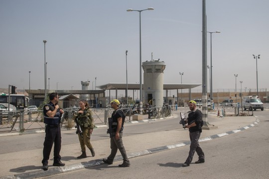 Israel soldiers and private security guards at the Qalandiya checkpoint shortly after the two siblings were shot, April 27, 2016. (Yonatan Sindel/Flash90)