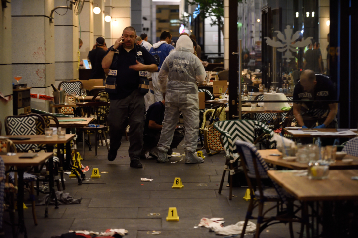 Israeli police at the scene of a shooting attack at the Sarona Market in Tel Aviv, where two Palestinian men shot and killed four people, June 8, 2016. (Gili Yaari/Flash90)