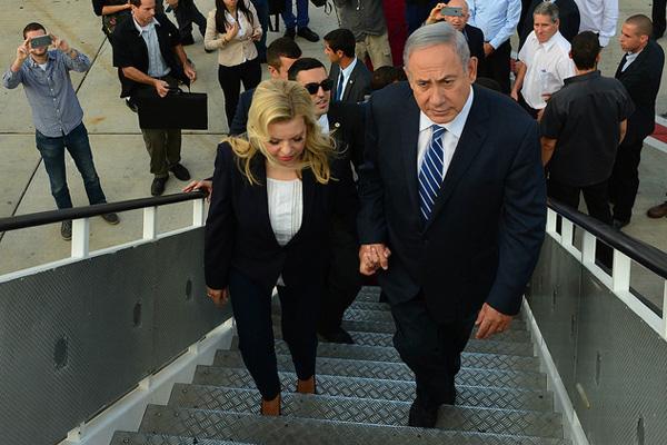 Prime Minister Benjamin Netanyahu and Mrs Sara Netanyahu depart for Uganda from Tel Aviv's Ben-Gurion Airport, July 4, 2016. (Kobi Gideon / GPO)