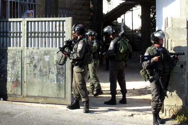Border Police officers raid the West Bank village of Hizma. (photo: Tamar Fleishman)