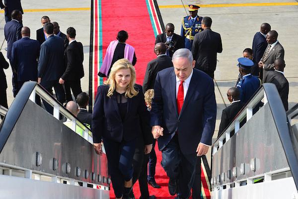 Prime Minister Benjamin Netanyahu and his wife Sara depart Kenya on their way to Rwanda, July 6, 2016. (Kobi Gideon/GPO)