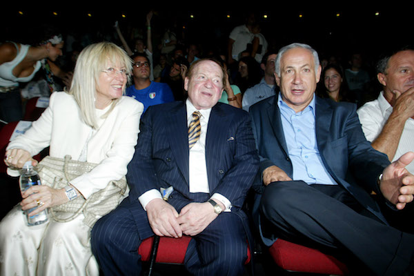 American casino magnate and owner of 'Israel Hayom' (C) speaks with Benjamin Netanyahu at an event in Jerusalem, August 12, 2007. (Flash90)